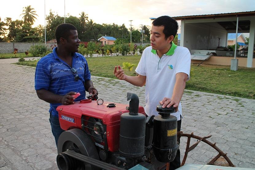 20140204海地Les Cayes河谷雜糧作物發展計畫農機役男高鈺宸(右)於基地與計畫工作人員工作情形 (黃君曦 HUANG,JIUN-SHI 提供).JPG