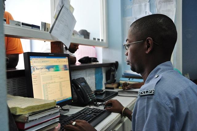 聖露西亞資通訊計畫_員警使用犯罪管理系統接受民眾報案-1.JPG