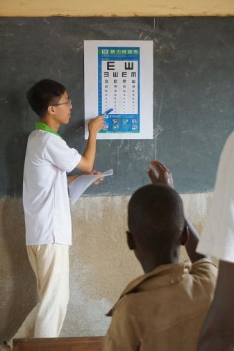 替代役男專題研究計畫:Koligdi小學衛教、學童健檢及義診- 視力檢查。.JPG